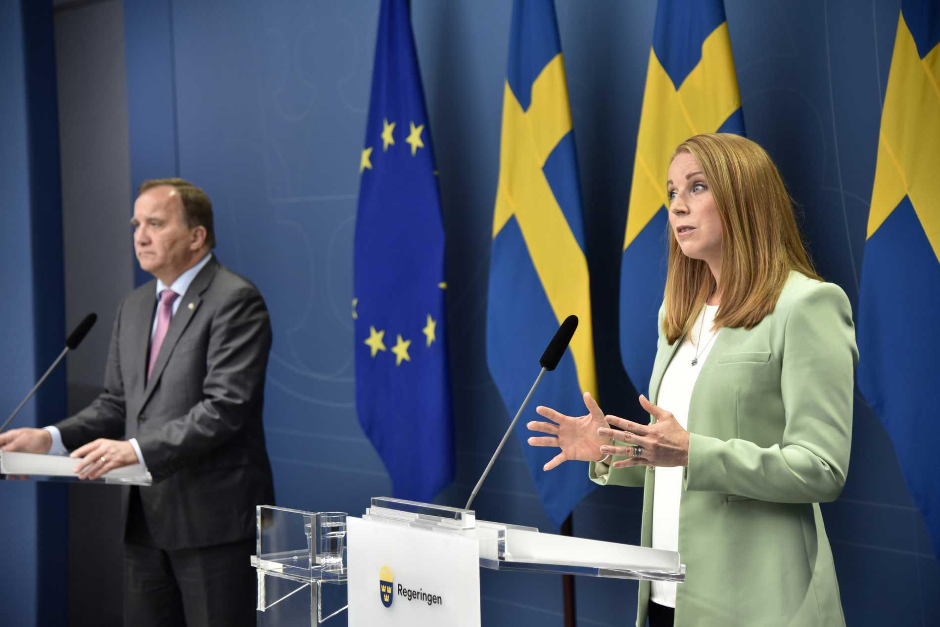 Statsminister Stefan Löfven med centerpartiets Annie Lööf under söndagens pressmöte.