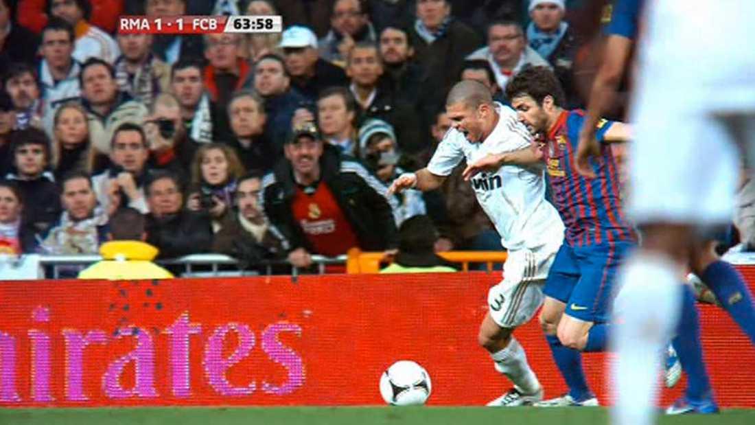 FILMNINGEN Pepe i duell med Fabregas - när Real-spelaren faller till gräset och tar sig för ansiktet.