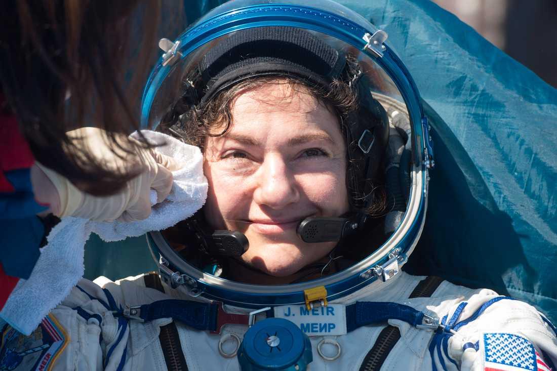 Jessica Meir undersöks av läkare på plats efter att ha landat i Kazakstan, efter över 200 dygn i rymden. Astronauterna möttes av fint väder med klar himmel och 16 grader i luften.
