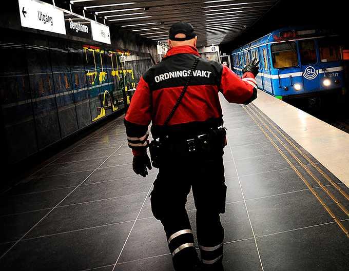 En ordningsvakt från Nordisk bevakningstjänst patrullerar tunnelbanan i Stockholm. Efter en tvåveckors snabbkurs har ordningsvakter i mångt samma befogenheter som poliser – inklusive att frihetsberöva och bruka våld. (Personen på bilden har inget samband med artikeln.)