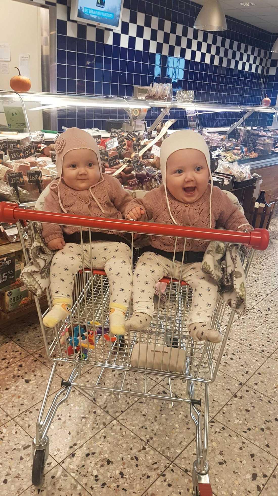 Agnes och Ellie sitter tillsammans medan mamma Martina Kriborg handlar mat – tack vare en snillrik lösning.