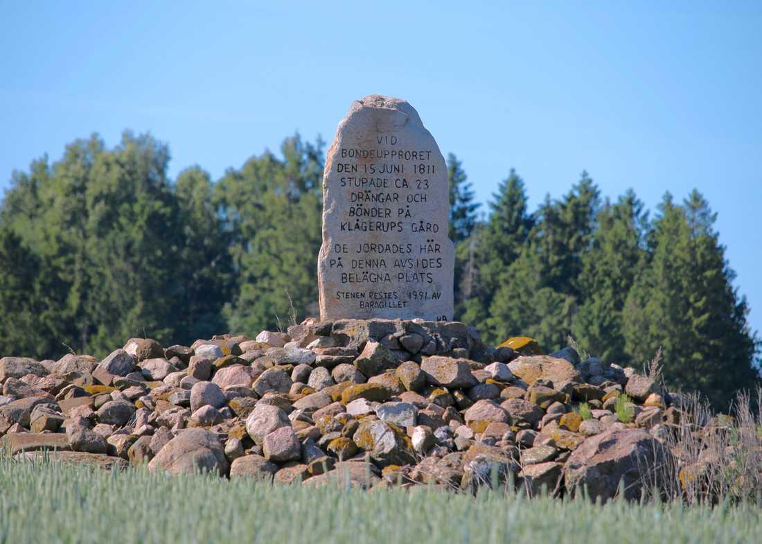 Minnessten över de som dödades vid Klågerupskravallerna 1811. Jenny Maria Nilsson upptäcker att hennes förfäder tycks ha deltagit på båda sidor i kravallerna, vid platsen hon förälskat sig i.