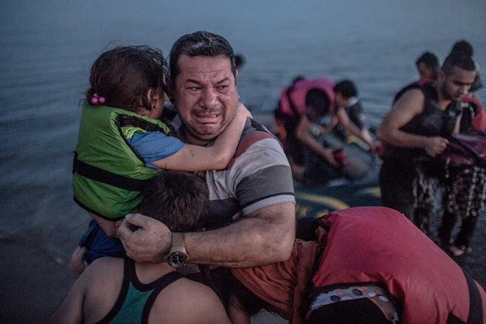 Syriske fyrabarnspappan Laith Majid kramar barnen efter att ha kommit i land i Grekland. Efter de senaste rapporteringarna har pengar strömmat in till människor på flykt. Polisen vill inte avråda folk från att skänka pengar men säger att man ska vara uppmärksam och kolla upp den organisation man ger till om man inte känner till dem sen tidigare.