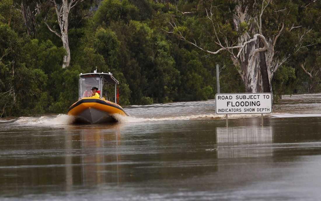 BÅTEN ENDA TRANSPORTMEDLET Ingen kan ta sig fram på annat sätt än med båt. Här är räddningspersonal på väg till nödställda i Rockhampton i Queensland.