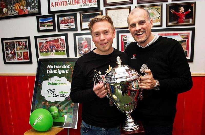 Butiksinnehavaren Johan Wänéus och Svenska Spels Pierre Jonsson firade rekordvinsten i spelbutiken med en pokal...