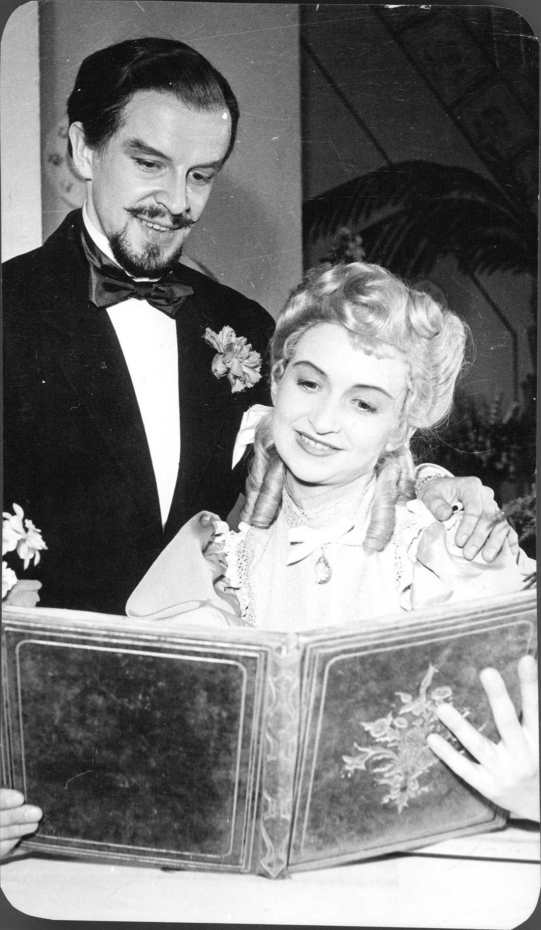 """1957 Ingvar Kjellson spelade mot sin fru Meta Velander i """"Oh, mein Papa"""" på Uppsala stadsteater."""