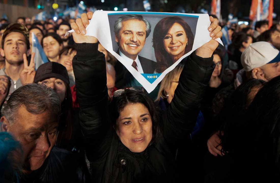 En anhängare till Alberto Fernández håller upp en näsduk med en bild på honom och hans vicepresidentkandidat Cristina Kirchner efter söndagens primärval.