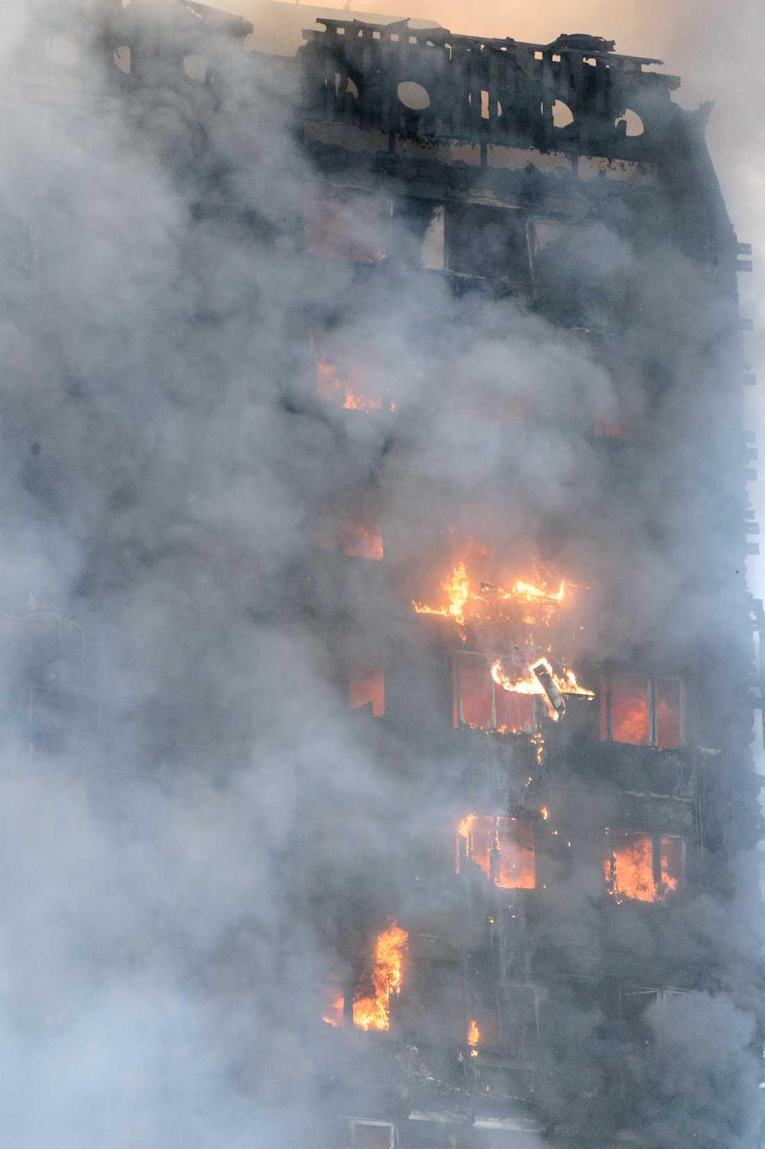 Eld, rök och förödelse i Grenfell Tower.