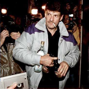 """FIRAR MED ROTEBROARE Efter frikännandet i hovrätten firade Christer Pettersson med spritfest och gav namn åt """"rotebroaren"""" - groggen på vodka och Baileys."""