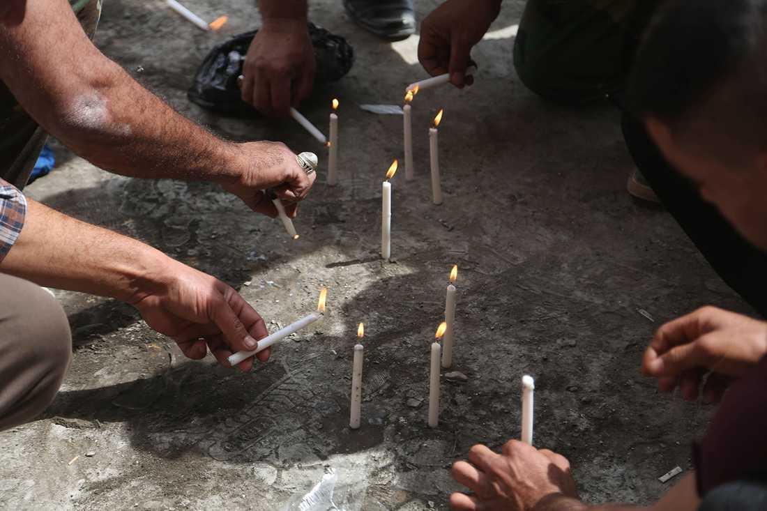 Ljus tänds för offren.