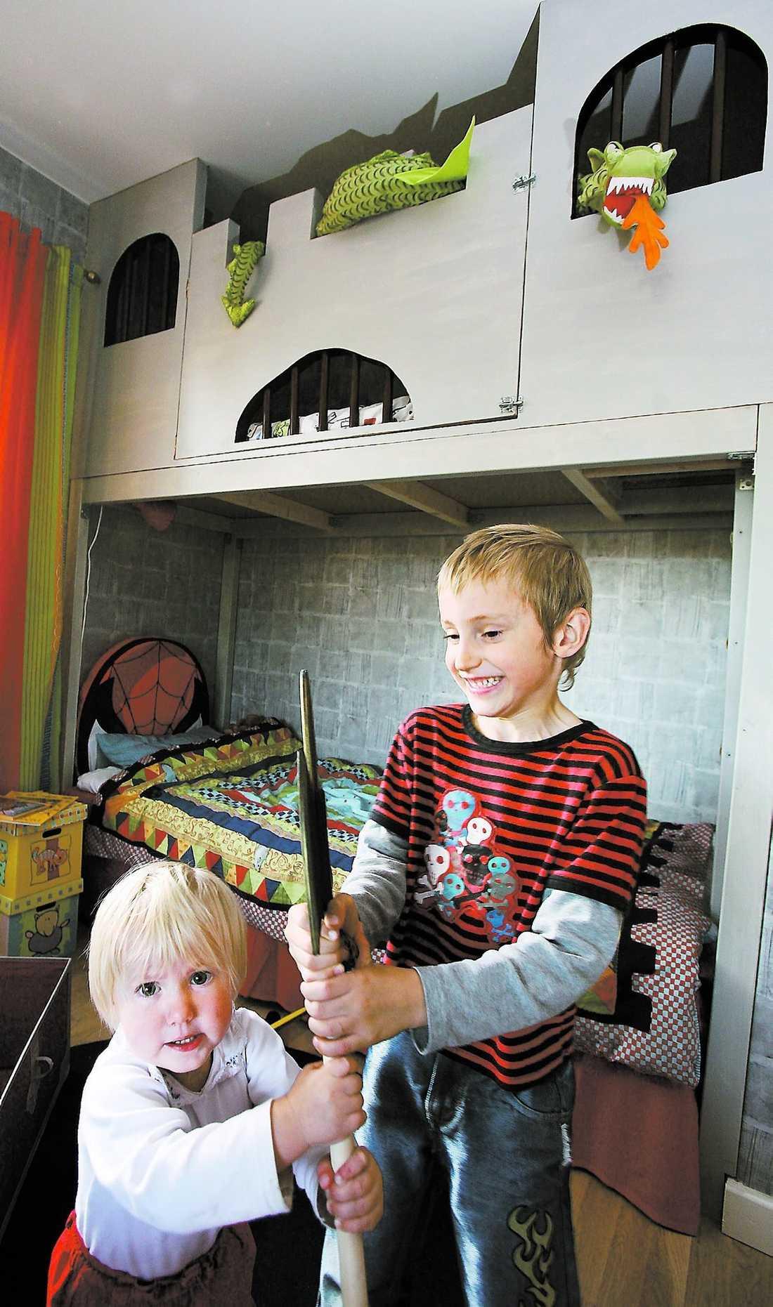 två tappra riddare Filip Tjelvling, 6, har fått sitt rum förvandlat till en riddarborg. Lillasyster Sofia, 1,5, leker också gärna i rummet.