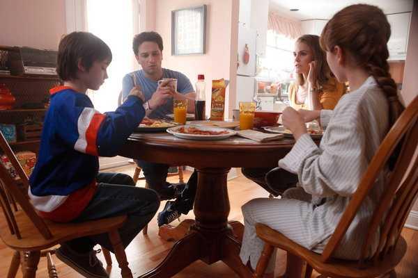 Familjen vid köksbordet.