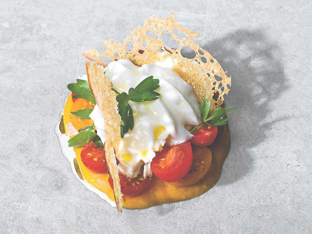 Grillad tomatkräm med tomat, mozzarella och brödchips.