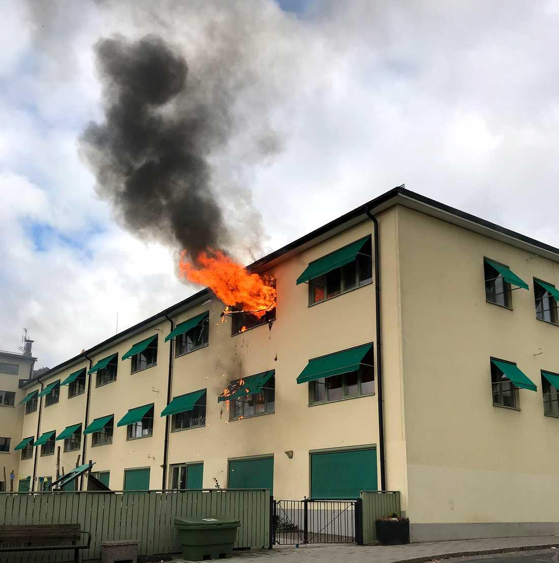 Öppna lågor slog ut från byggnaden, som bland annat inrymmer en förskola.