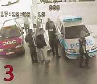 Två vittnen lägger sig i och undrar vad som pågår. En av poliserna bevakar Åke Djerfsten.