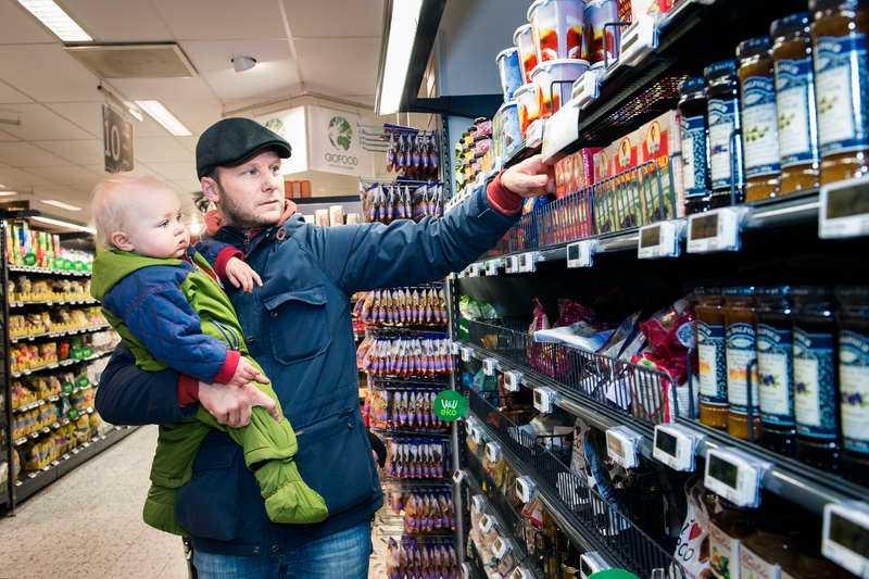 """Köper ekologisktChristopher Flemström, 39, handlar mat i en butik i Stockholm tillsammans med dottern Alicia, 14 månader. """"Jag var inte medveten om det här med besprutningsmedlen på russin, men vi försöker ända köpa ekologisk mat när det alternativet finns"""", säger han."""
