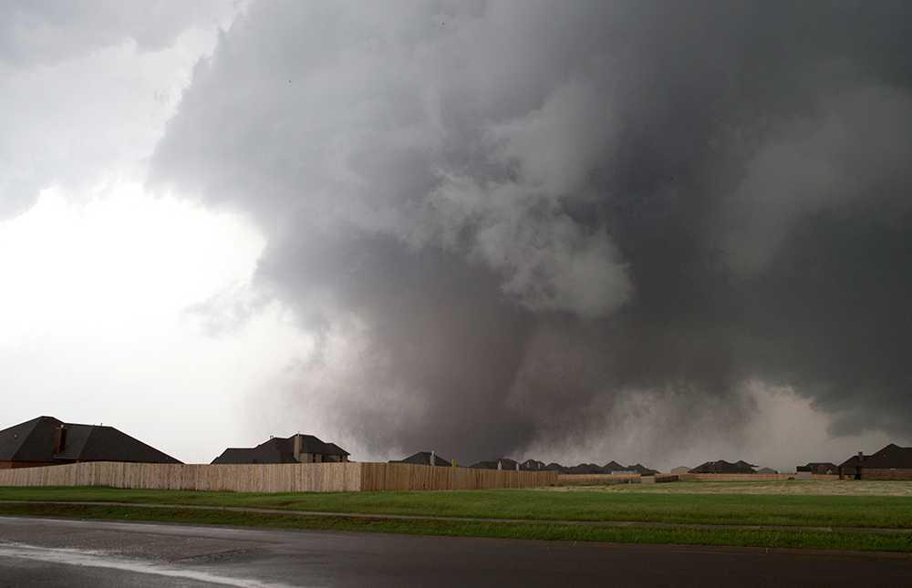 En stor tromb närmar sig staden Moore i delstaten Oklahoma, i närheten av Oklahoma City, måndagen den 20 maj