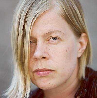 Elise Ingvarsson. är född 1979 och bor i Göteborg.