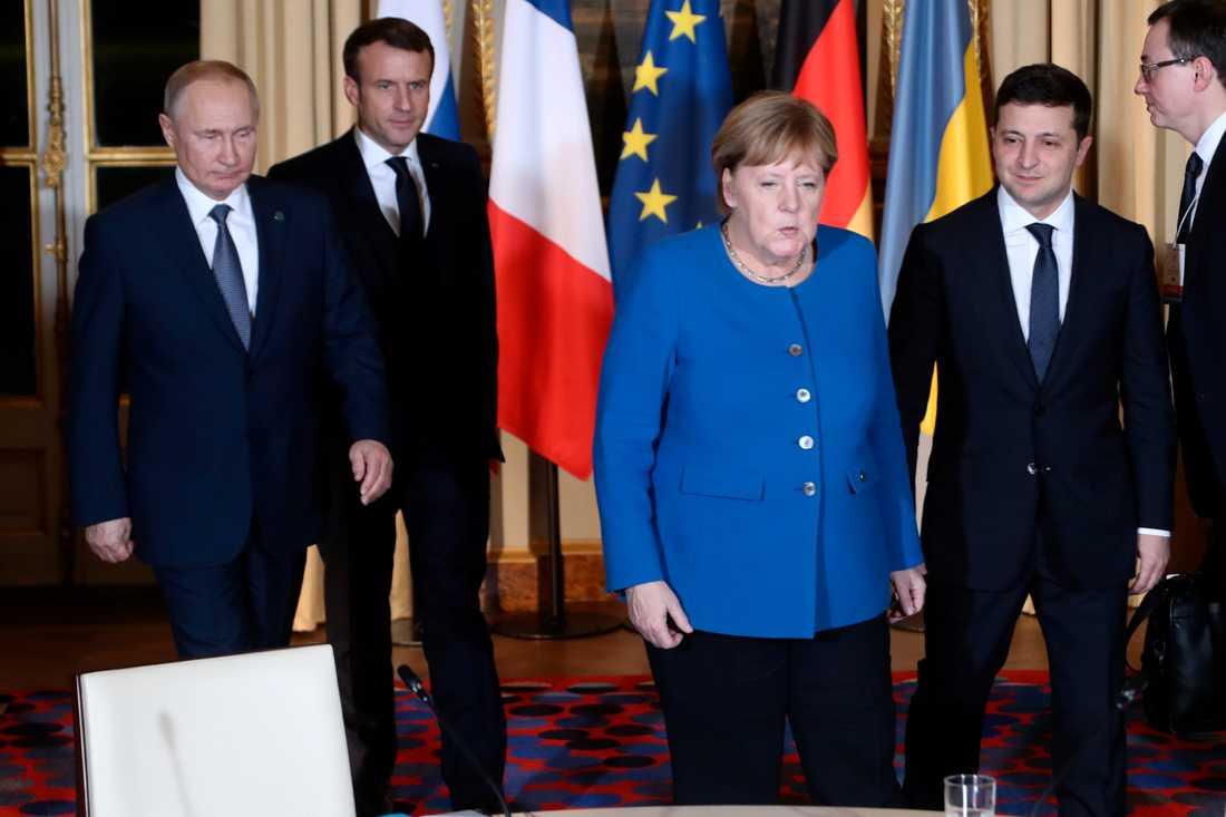 Rysslands president Vladimir Putin (till vänster), Frankrikes president Emmanuel Macron (nummer två från vänster), Tysklands förbundskansler Angela Merkel och Ukrainas president Volodymyr Zelenskyj (längst till höger) höll överläggningar om Ukraina i Paris.
