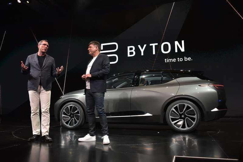 Bytons ordförande Daniel Kirchert (t v) och vd Carsten Breitfeld presenterar sin smarta elbil i Los Angeles.