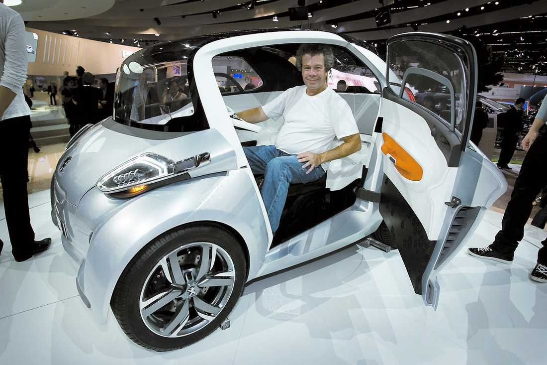Peugeot BB1 Bébé 1 är 2,5 meter lång, men rymmer fyra och lite bagage. Motorerna är utvecklade tillsammans med Michelin och sitter i de fyra hjulen, sammanlagd effekt 20 hk. 0–60 km/tim tar 6,8 sekunder, toppfarten är 120. BB1 är mer ett nytt sätt att se på stadsbilen än ett seriöst förslag till produktion.