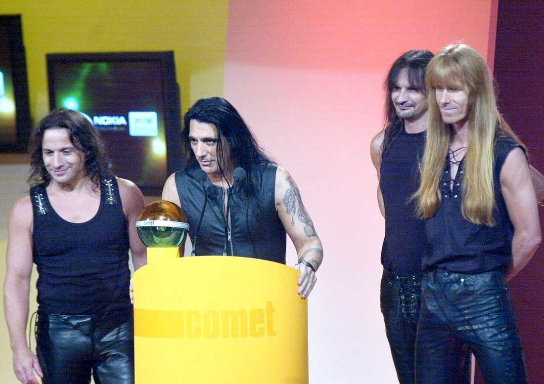 Karl Logan, längst till höger, med bandmedlemmarna i Manowar.