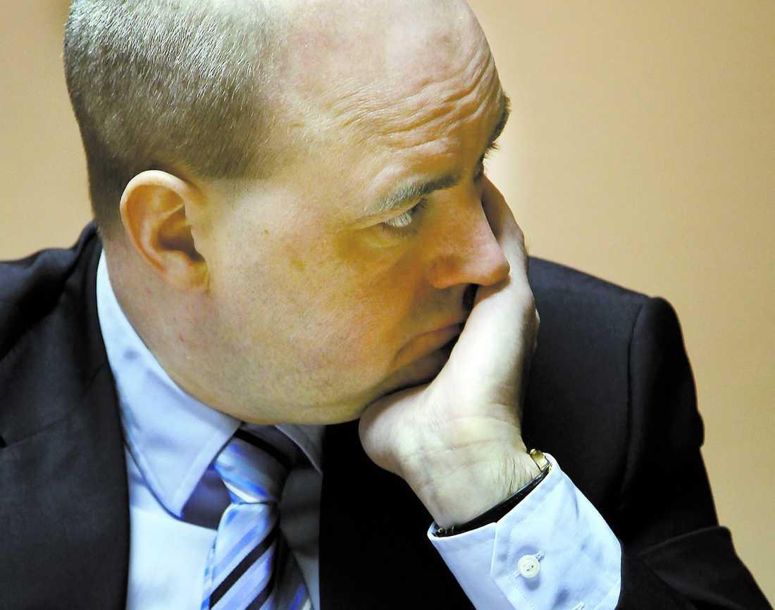 """""""Jag har pratat med min pappa"""" Fredrik Reinfeldt, som i går besökte Skutskärsverken, fick svara på frågor om åtalet mot hans pappa Bruno. Statsministern säger att han ringde sin far i söndags, mest för att höra hur han mår. """"Vad som är sant eller inte i det här, det vet inte jag. Han kommer att behandlas precis som alla andra, säger Fredrik Reinfeldt."""