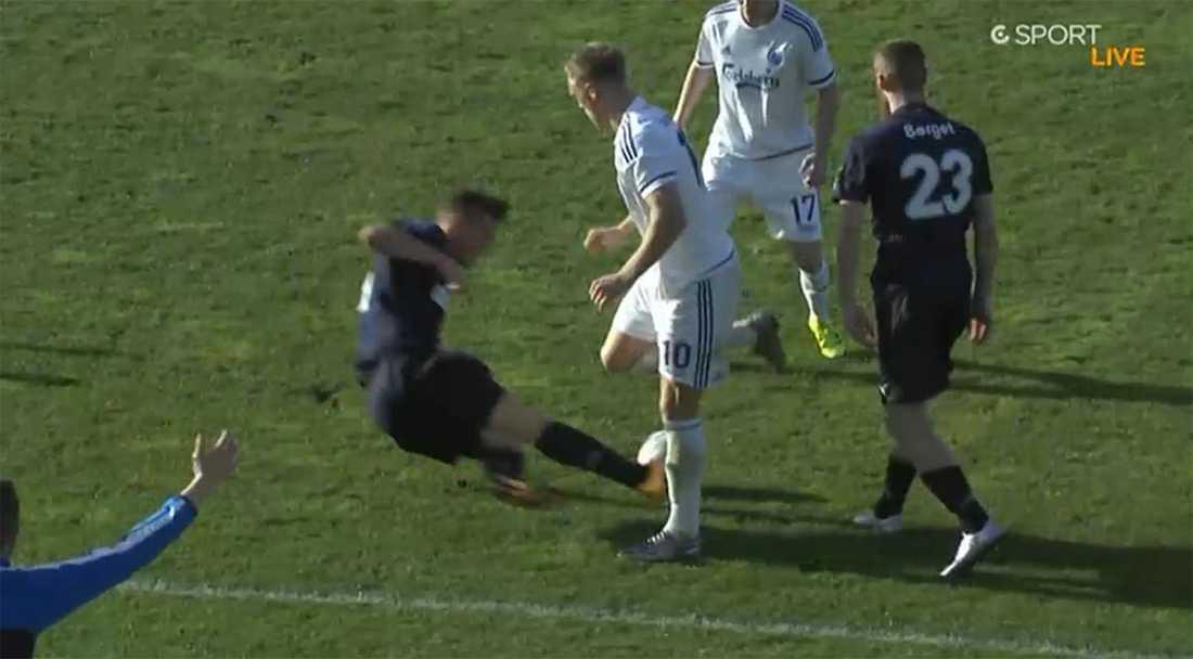 I mitten av andra halvlek gör Markus Rosenberg en brutal tackling mot Nicolai Jörgensen…