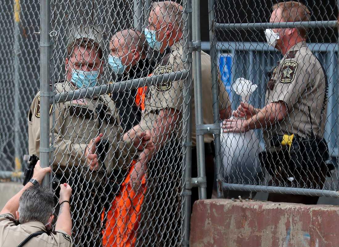 Den tidigare polisen Derek Chauvin eskorteras av polis under ett polisförhör i september 2020.