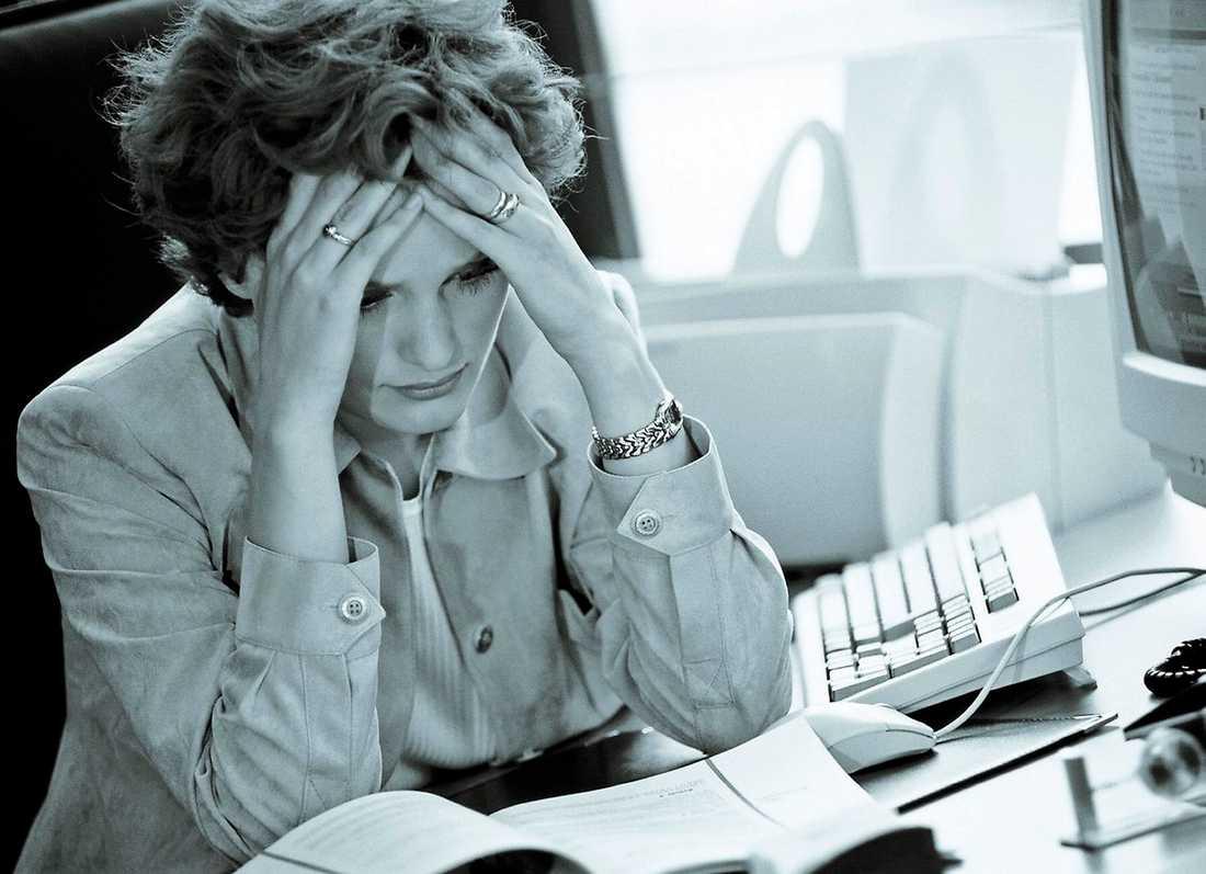 """huvudvärk Med hjälp av boken """"Zonterapi för bättre hälsa"""" kan du bland annat lära dig att lindra molande huvudvärk. Så sitt inte på jobbet och ha ont, prova lite fingermassage i stället."""