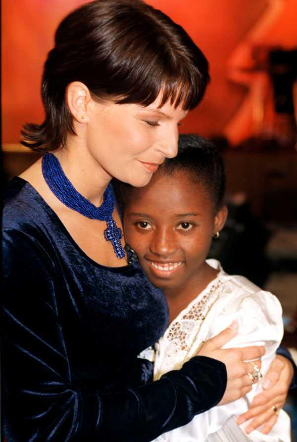 Carola tillsammans med sitt fadderbarn Celucienne Celius, 1995. Klicka för större bild.