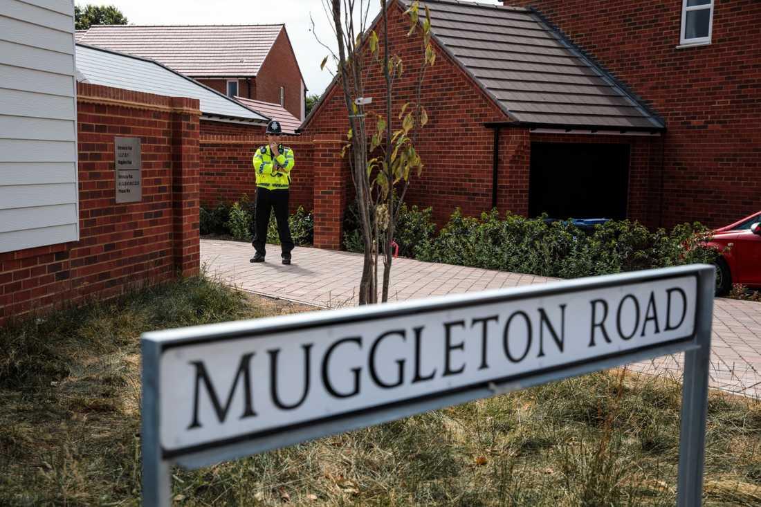 En man och en kvinna påträffades medvetslösa på Muggleton Road i Amesbury.