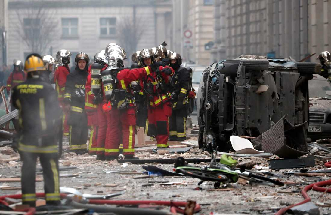 Brandmän jobbar efter explosionen i Paris