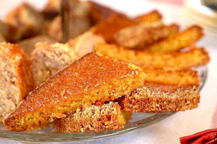 Glutenfri kladdkaka med saffran serveras med en klick grädde.