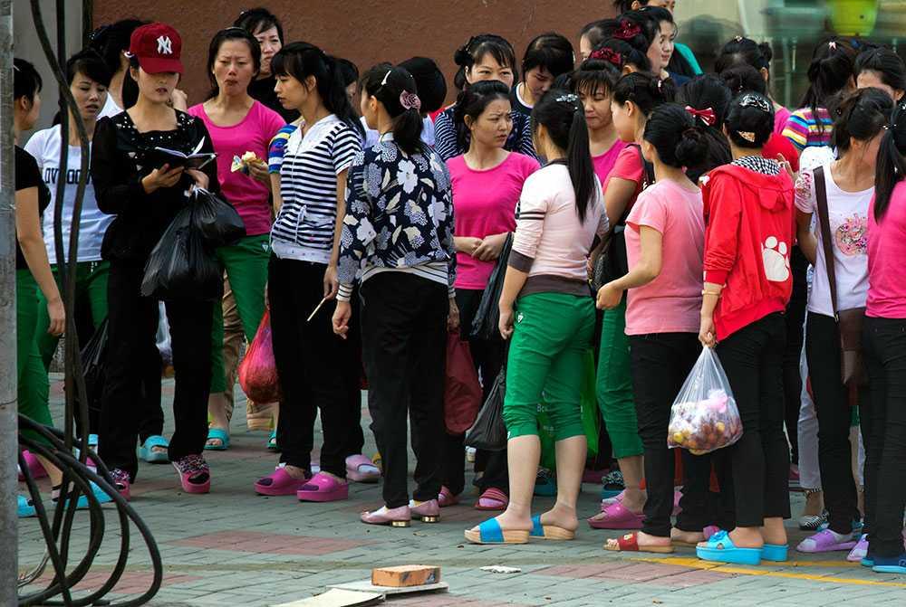 De flesta av arbetarna som kommer från Nordkorea till Kina är kvinnor i tjugoårsåldern. De hålls separata från andra arbetare och privatlivet är strikt begränsat.