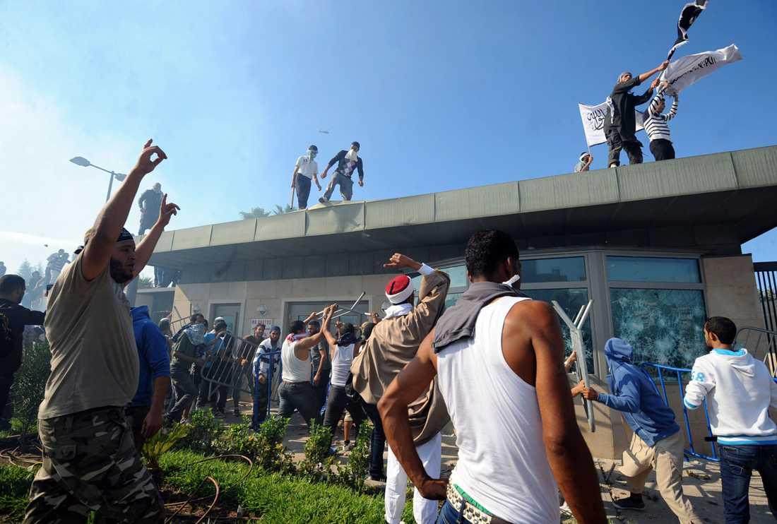 Tunisiska demonstranter tar sig in på den amerikanska ambassaden i Tunis.