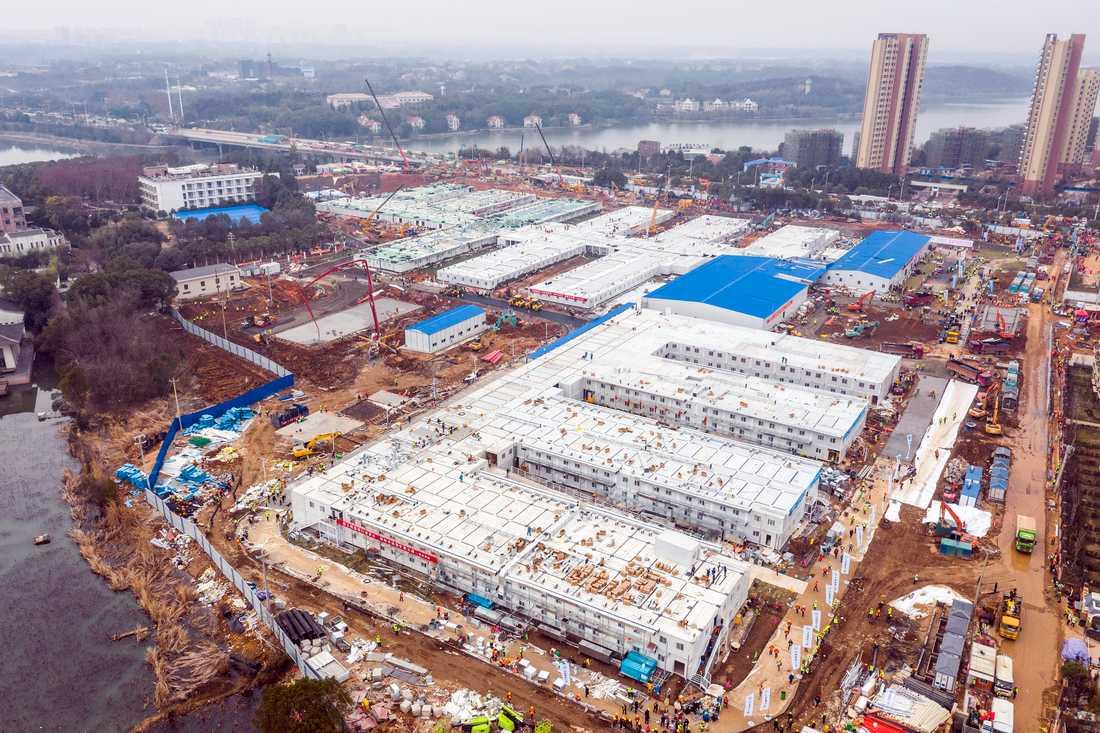 Ett tillfälligt sjukhus har byggt upp på kort tid för att hantera infekterade av coronaviruset i Hubeiprovinsen i Kina. Arkivbild