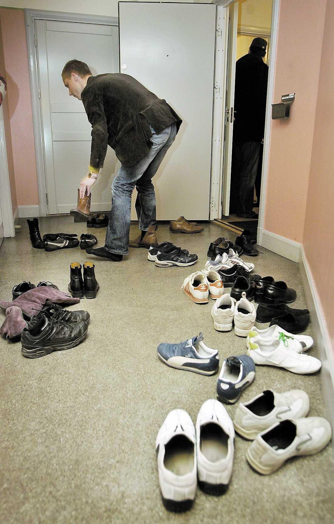 Då För bara några månader sedan kunde det se ut så här på lägenhetsvisningarna: fullt av skor i trapphuset och trängsel i hallen.
