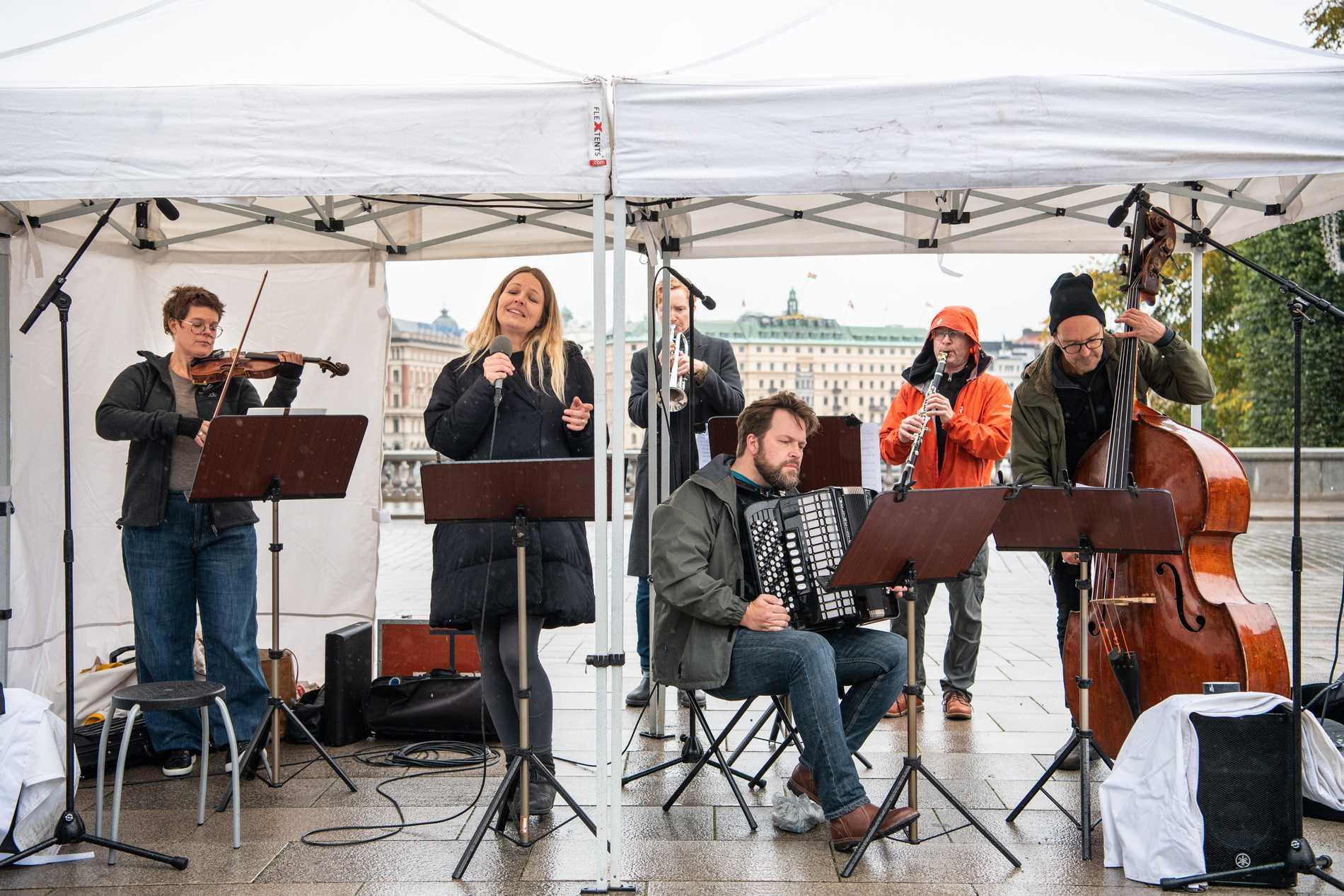 """""""Salongsorkestern"""" framträder med Verdis """"Fångarnas kör"""" i ragtimeversion framför riksdagshuset i Stockholm."""