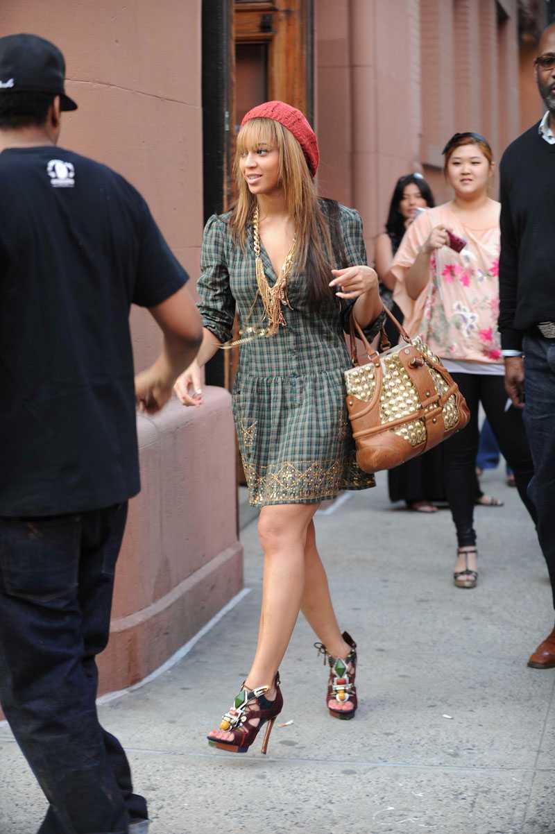 BEYONCÉ KNOWLES Jag spottade Beyoncé på stan i NY i lördags och då såg hon ut så här. Röd basker, klänning från Antik Batik och klackar från Louis Vuitton