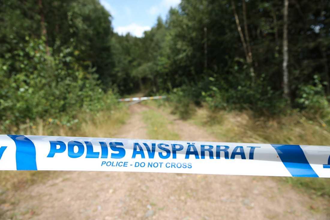 Polisen spärrar av platsen efter att en kropp påträffats i Markaryd som misstänkts vara den försvunna Gert-Inge, polisen påbörjar en förundersökning om mord.