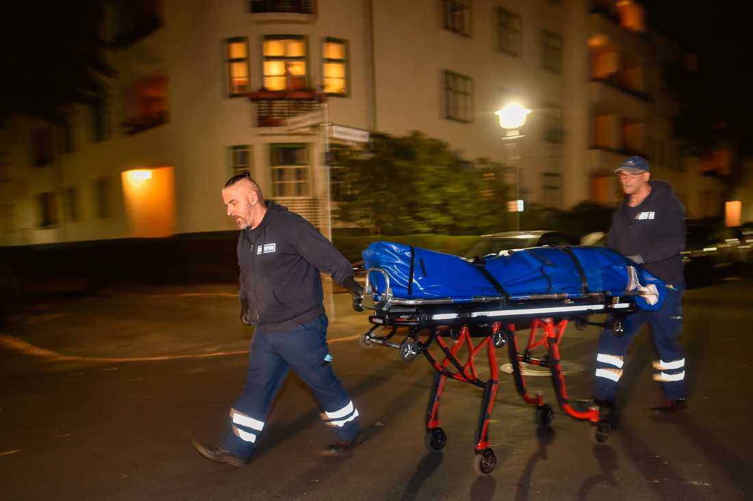 En kropp bärs ut från Gerwald Claus-Brunners lägenhet.