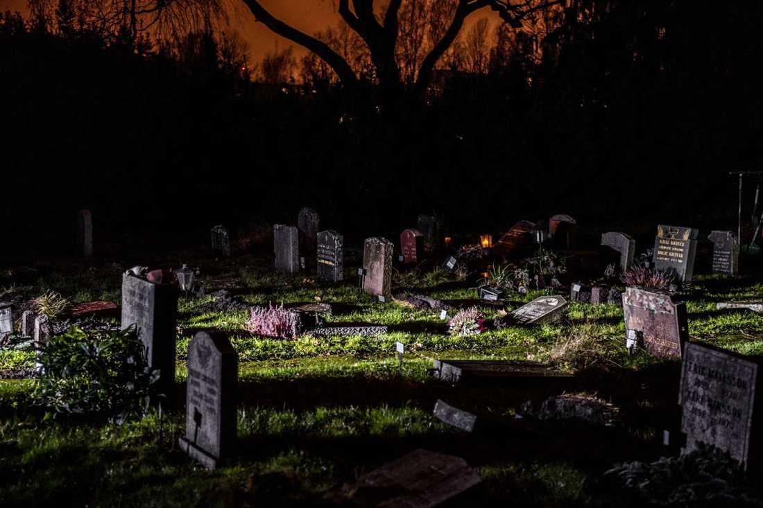 Omkring 300 gravstenar har välts eller vandaliserats.