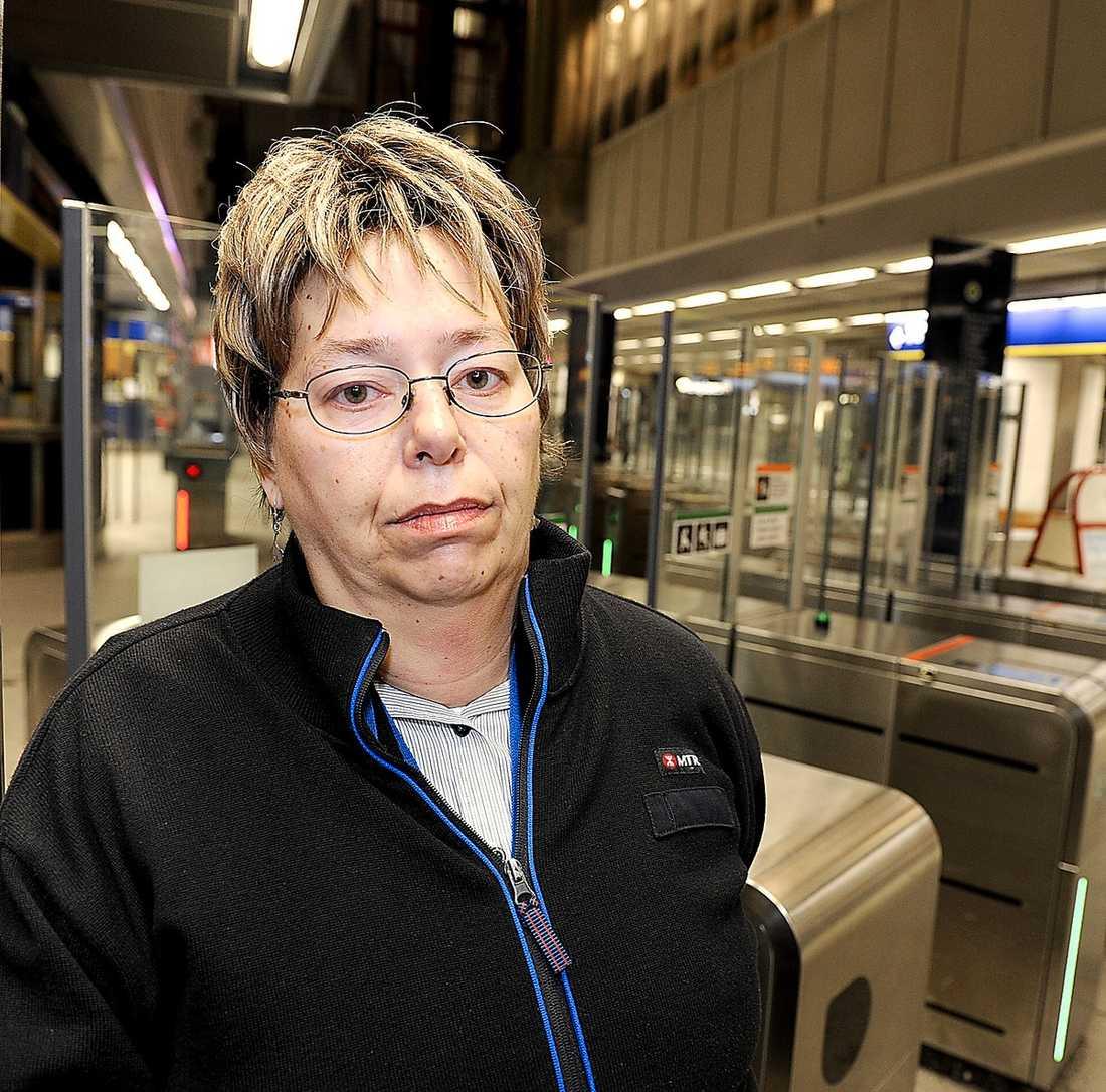 """""""orättvist"""" """"Släpp in ungdomarna i stället"""" säger spärrvakten Susanne Büttner, 48, om Fredrik Reinfeldts förslag att svenskarna borde jobba till 75 års ålder medan ministrar kan gå redan vid 50. """"Näe, orättvist tycker jag det är""""."""