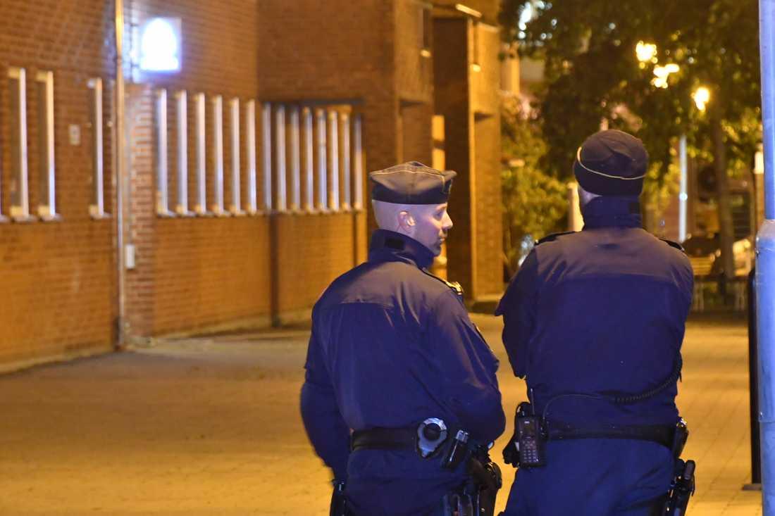 Poliser utanför polisstationen i Staffanstorp.
