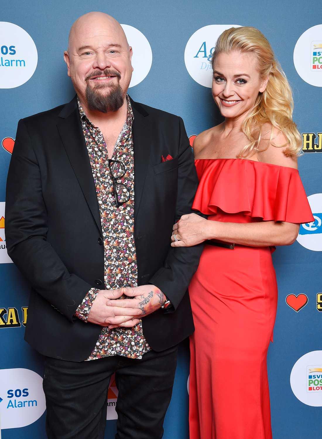 Anders Bagge är en av Svenska Hjältars jurymedlemmar. Här med sambon Johanna Lind.