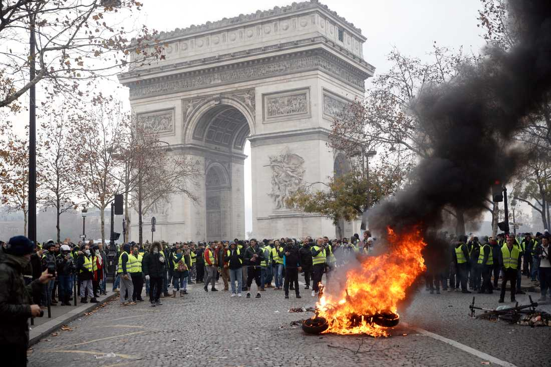 Demonstranter vid Triumfbågen i Paris vid tidigare protester.
