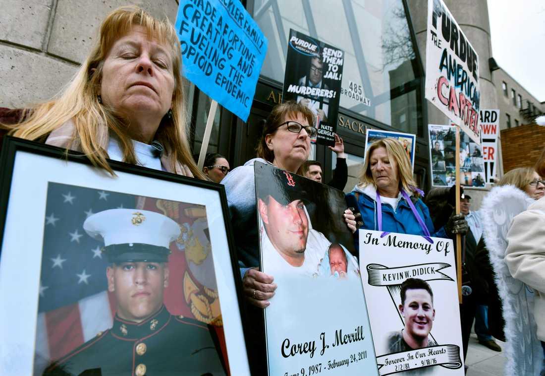 Opioidepidemin engagerar i USA. Här demonstrerar föräldrar som förlorat sina barn i opioidöverdoser i delstaten Massachusetts. Arkivbild.