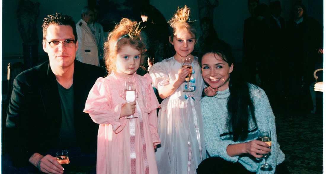 Thorsten Flinck och Annika Jankell tillsammans med döttrarna Happy och Felicia Jankell.