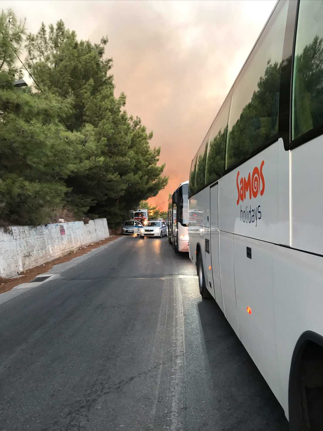 Turisterna evakuerades med bussar till en idrottsplats.